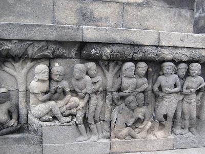 Relief pada Candi Borobudur yang menggambarkan arsitektur dan bentuk rumah pada masa bersangkutan.
