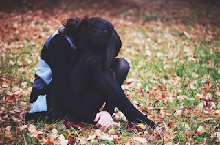 Ás vezes fico triste.  Ás vezes nem sei o motivo por estar triste.  E ás vezes são tantos motivos que eu nem sei contar.