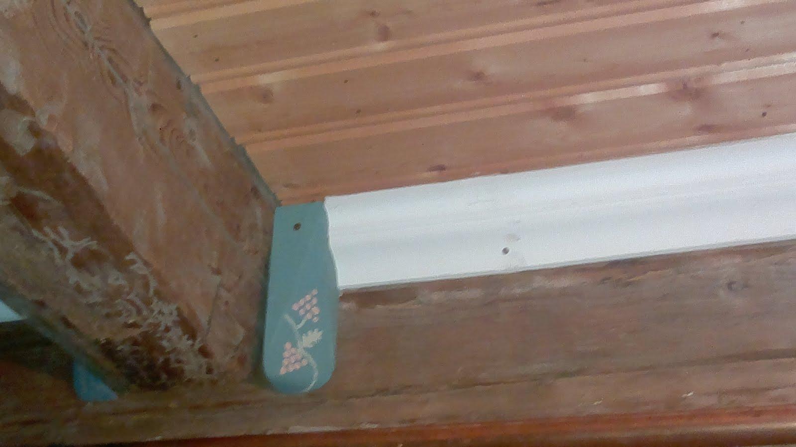 Kahviteekäsiteltyä kattoa sekä katon nurkkakoriste