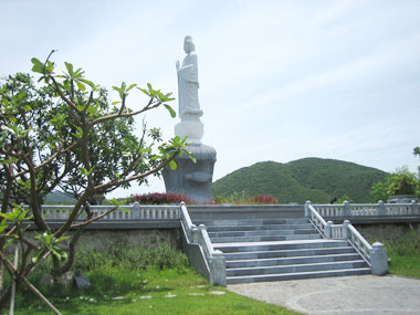 The biggest pagoda on Hon Tre island - Truc Lam pagoda