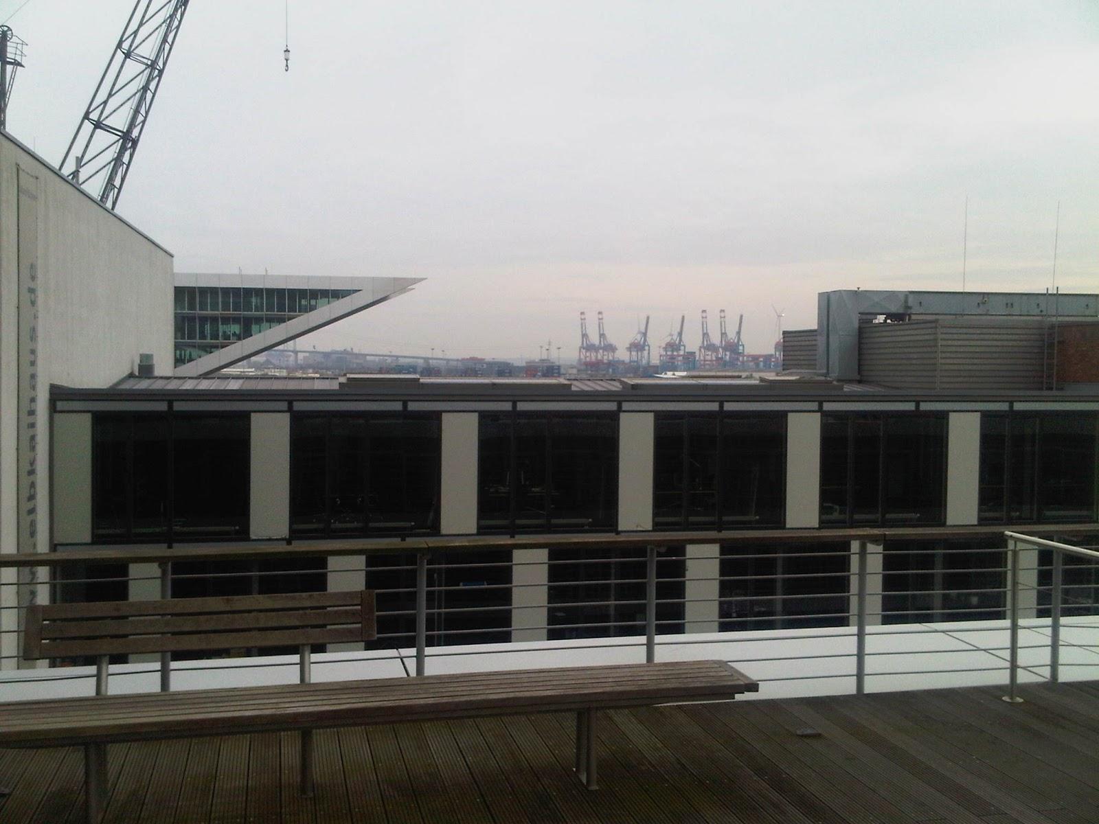 Blick über die Dächer zu den Kränen im Hafen Hamburg