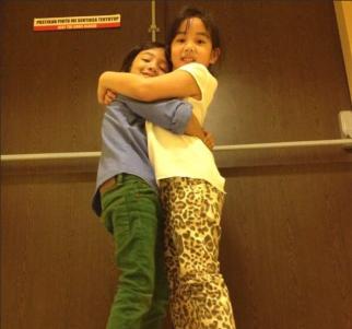 Anak Nora Danish dan Erra Fazira dikritik gara gara berpeluk sakan