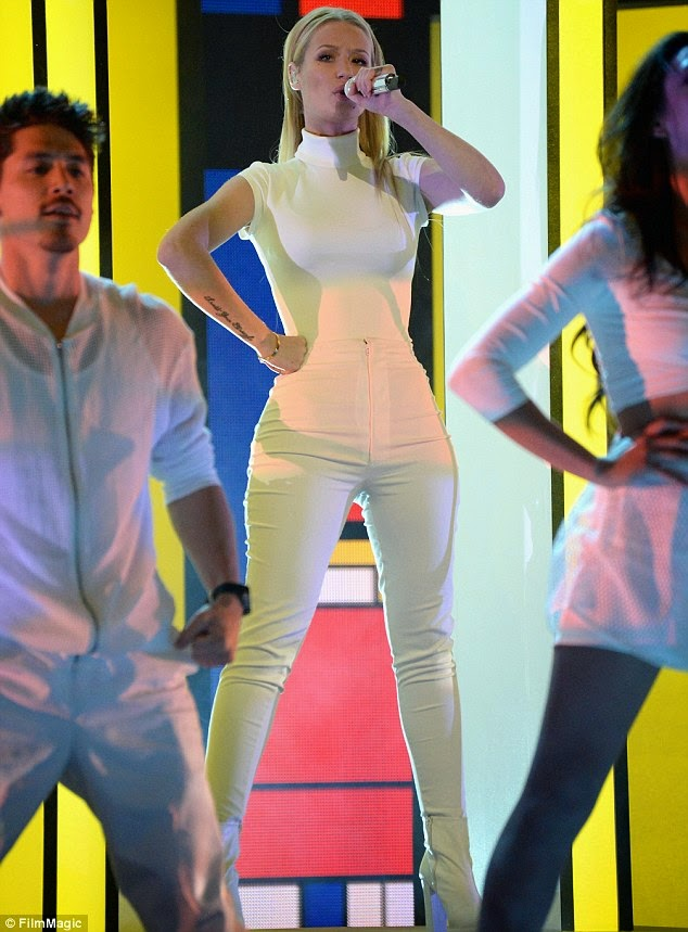Iggy Azalea shows off her curves in white tight  clothes photo 1