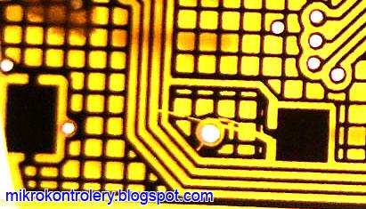 Płytka PCB po procesie trawienia - zarysowania kliszy lub lakieru UV.