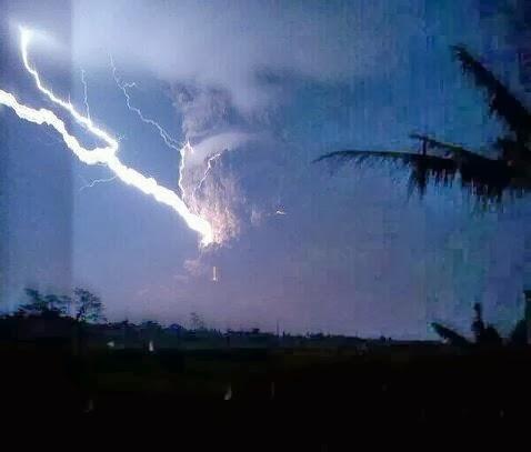 ... foto-foto kilatan petir saat Gunung Kelud meletus, Kamis (13/2/2014