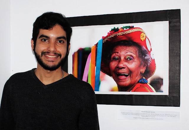 O Fotógrafo Tito Garcez com a fotografia de Dona Iolanda dos Santos, do Reisado Dançando com Arte, durante a Semana Cultural Brasil em Córdoba - Sergipe: los rostros de su folklore