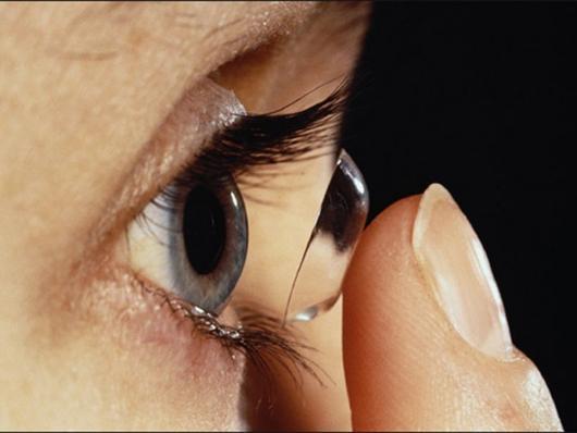 memakai kontak lens