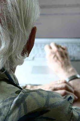 äldre man vid datorn