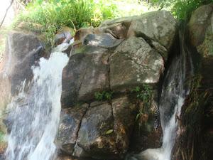 น้ำตกเก้าชั้นหรือน้ำตกเก้าโจน ห่างจากลันดารีสอร์ท 300 เมตร