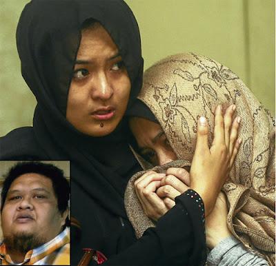 SEDIH...isteri Allahyarham Bob Kuman (gambar kecil) , Norma Othman (kanan) bersama sahabat, Izni Ismail tidak dapat menahan sebak ketika menziarahi jenazah arwah, semalam.