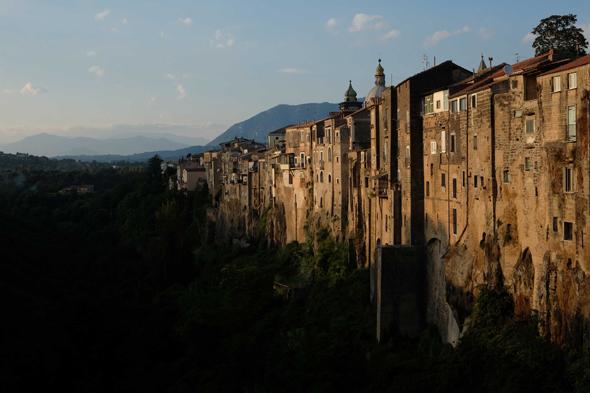 Fotografia di un borgo antico illuminato dal sole