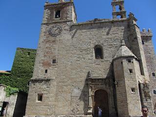 Casa de los Cáceres-Ovando con la Torre de las Cigüeñas adosadas.