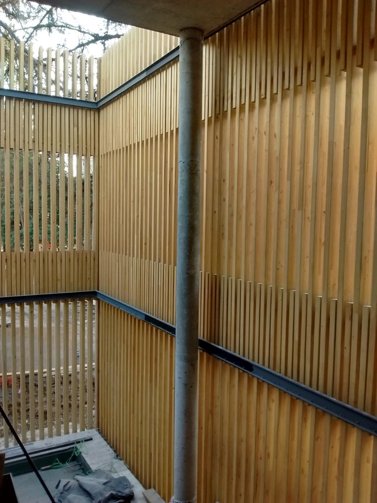 se encuentra en su fase final la ejecucin de las fachadas de lamas de madera de la obra de remodelacin ampliacin y restauracin de la embajada de brasil