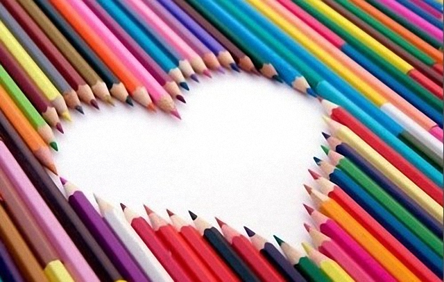 Formando un corazón con lapices