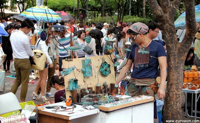 Venta de artesanías en metal en Seúl