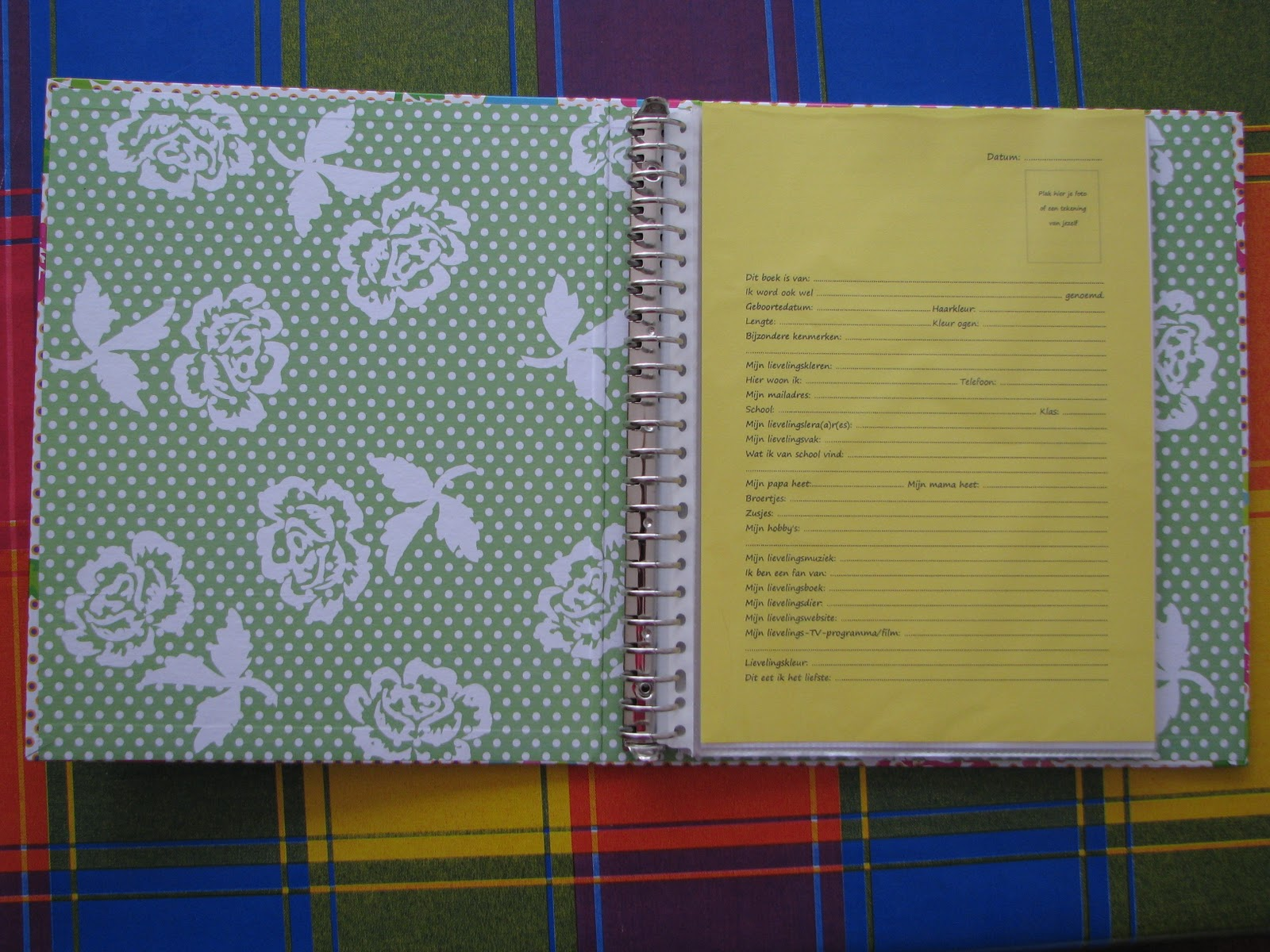 Met liefs en lapjes vriendenboekje gemaakt kinderlijk for Gekleurd papier action