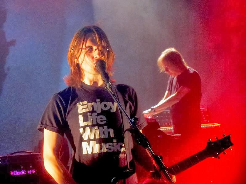 Steven Wilson con la inscripción Enjoy Life With Music (Disfruta de la vida con música) en su camiseta