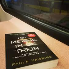 meisje voor de trein
