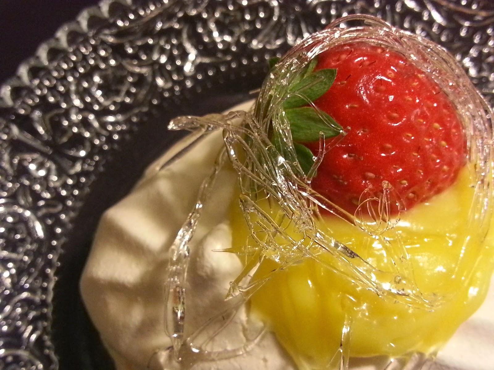 pavolva al lime curd con fragole in gabbia