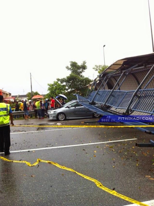 (Gambar) Bumbung Jejantas Runtuh Di highway Pasir Gudang, Johor