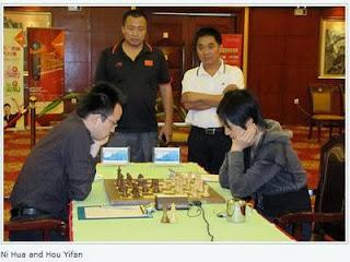 Ni Hua face à la Championne du Monde d'échecs en titre Hou Yifan