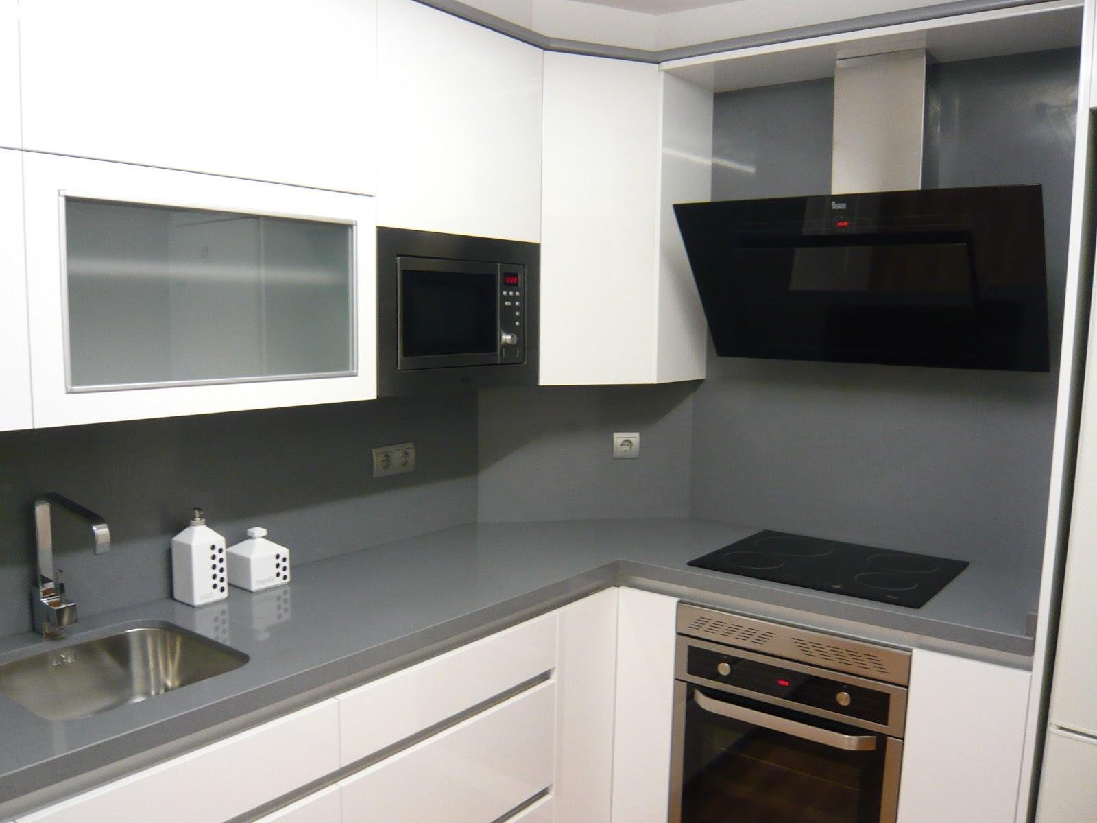 Reuscuina cocina blanco brillo sin tiradores gola - Cocina sin tiradores ...