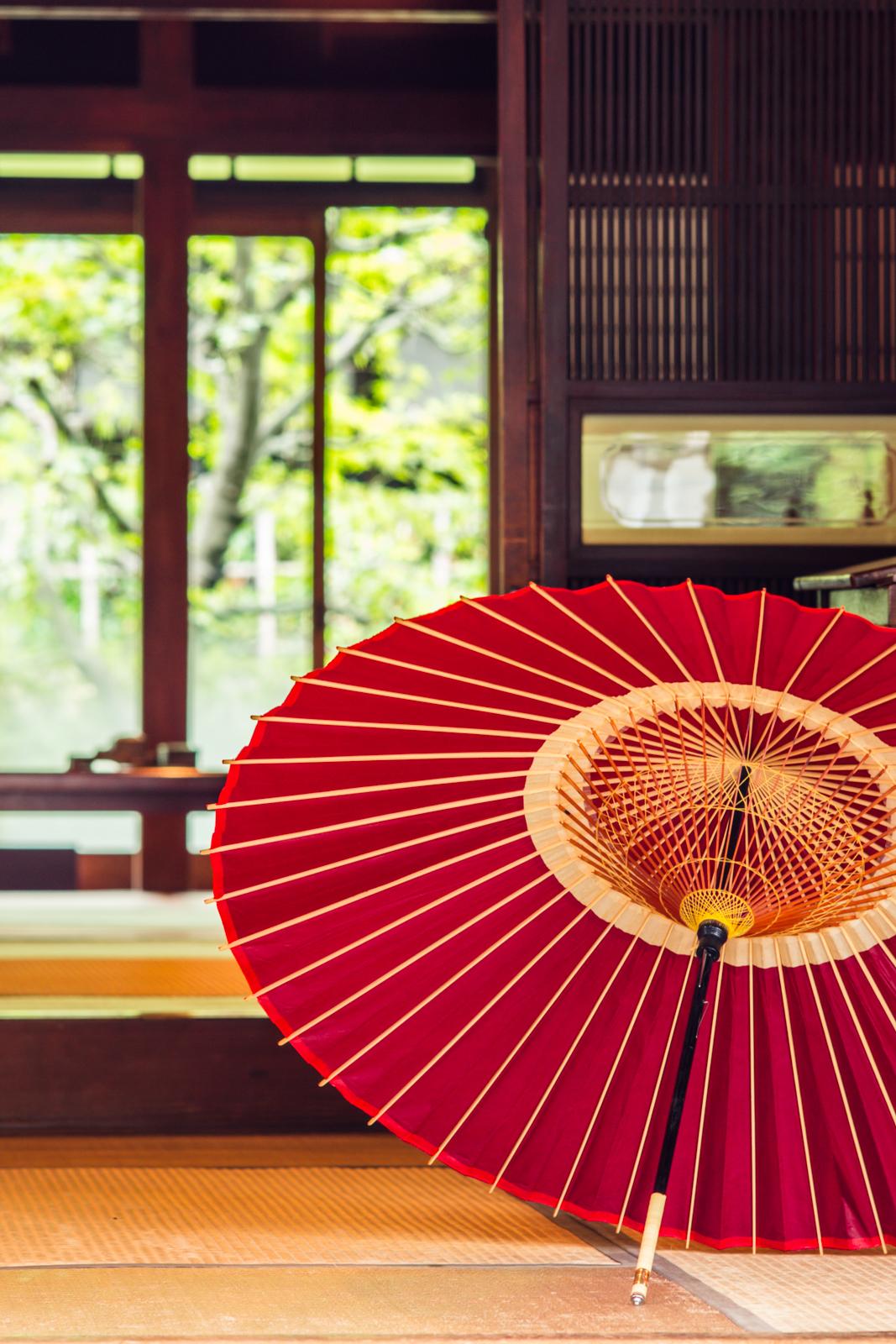 赤い番傘の写真