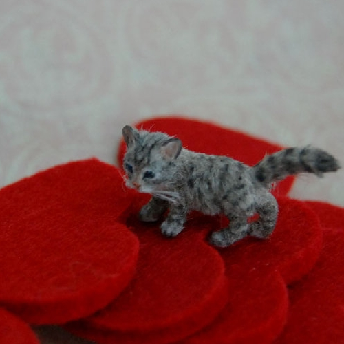 06-Miniature-Kitten-ReveMiniatures-Miniature-Animal-Sculptures-that-fit-on-your-Hand-www-designstack-co