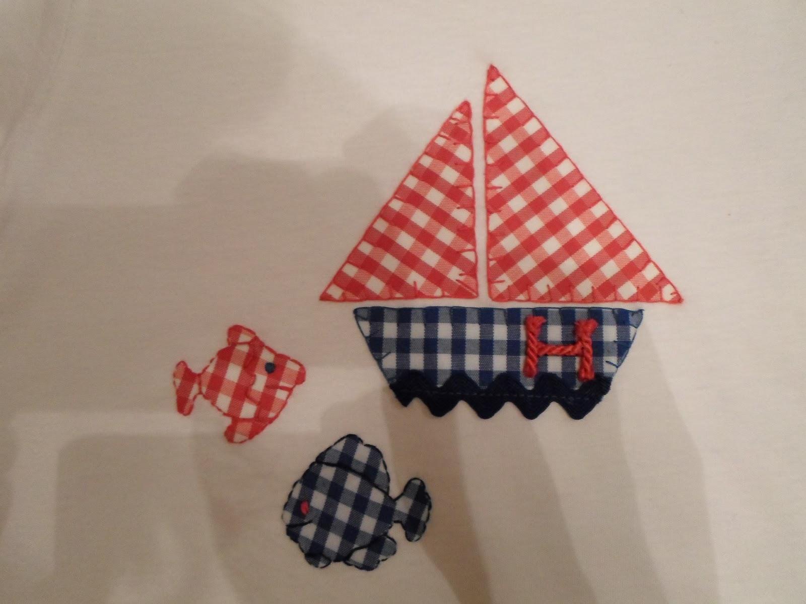 Camiseta hecha a mano con tela. Detalle barco y peces