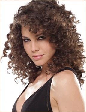 comment avoir de jolies boucles sur des cheveux frisés