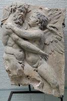 Sileno y  Eros. Fragmento de un relieve de terracota de principios del s. I d.C. encontrado en Scrofano, Latium.