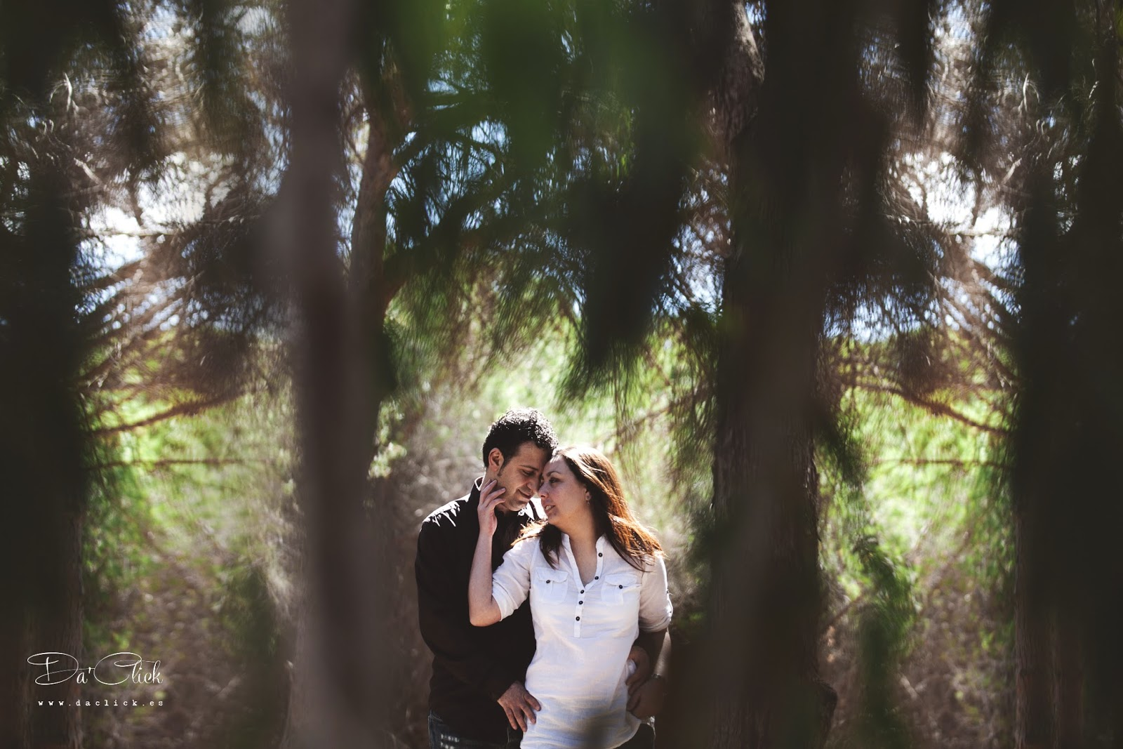 pareja romantica en naturaleza