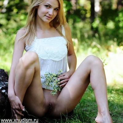 Девушка без нижнего белья 14 xxx-фото: нудистка летом отдыхает голышом!