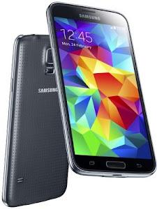 O Galaxy S5 é apenas um pouco maior do que seu antecessor e a parte traseira com covinhas ajuda na hora de segurar o dispositivo e evita que o smartphone escorregue da sua mão