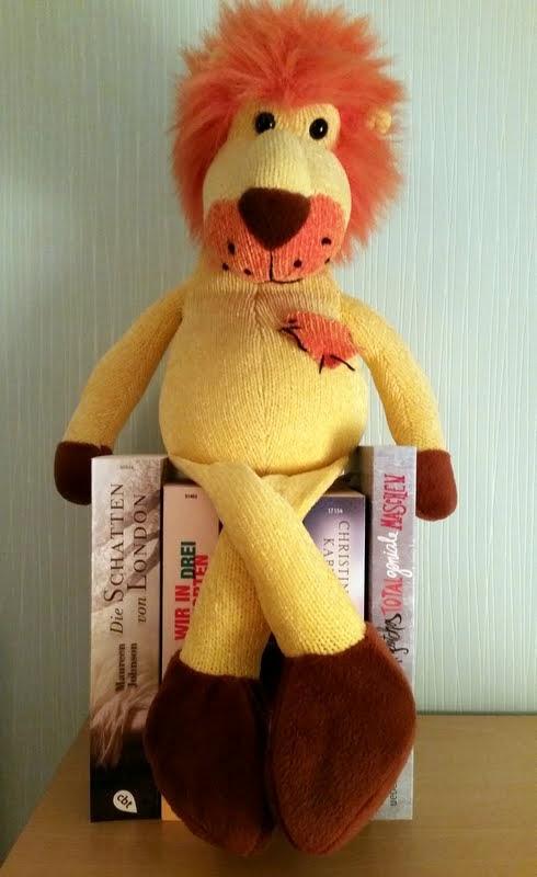 Kurt der Leselöwe auf dem Bücherthron