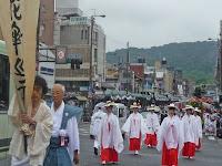 山鉾の古い形態を再現するため「花傘巡行」を行うようになったという。