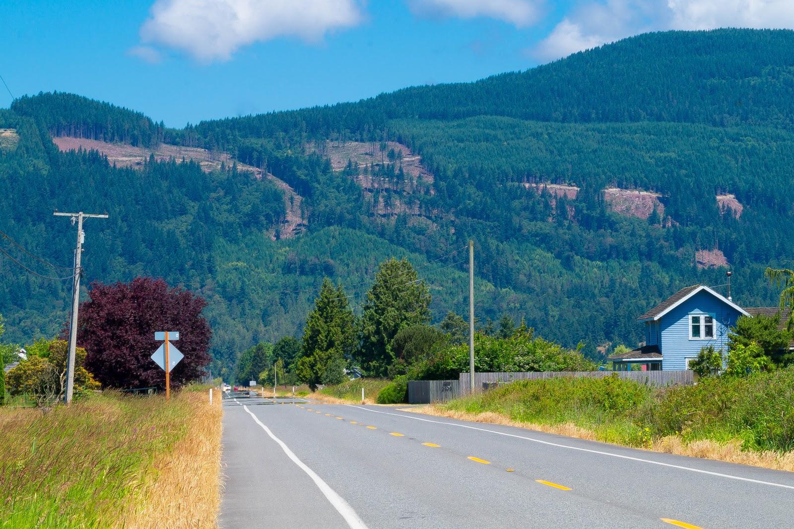 аккуратные домики смотрятся живописно на фоне голубых холмов