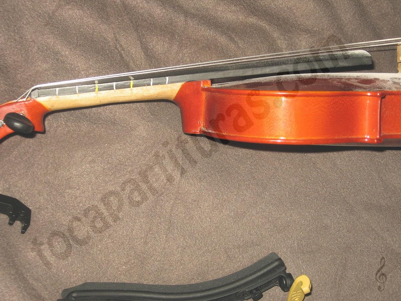 Fijar marcas de las líneas de notas en el violín o viola
