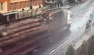 accidente camion con troncos mata personas en paradero