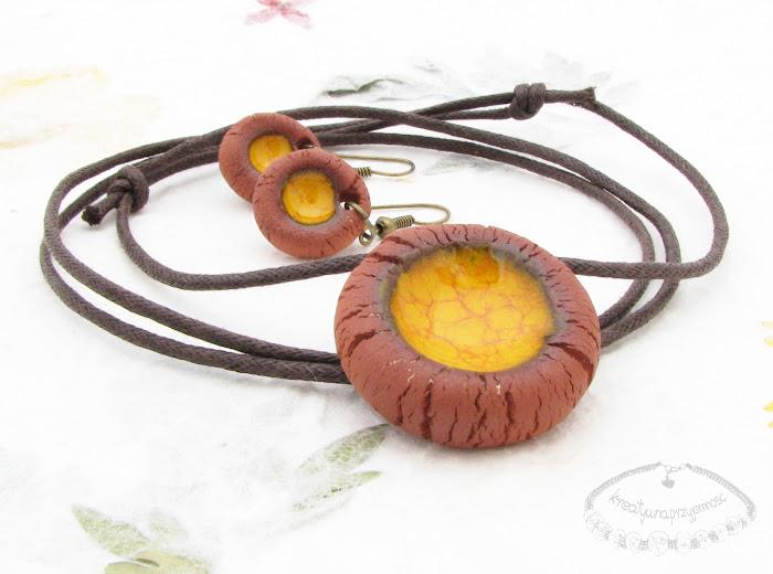 Ceramiczny komplet uformowany z brązowej gliny z żółtym oczkiem 1