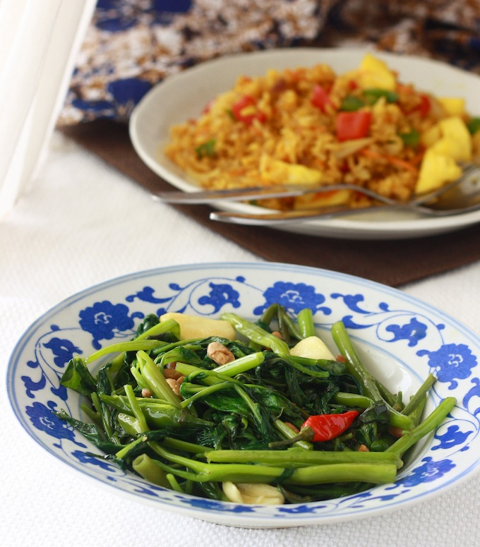 Thai Stir-Fried Water Spinach by SeasonWithSpice.com
