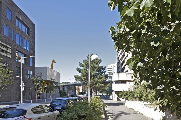 ... SCALE GIRAFFE EXTENDS THROUGH FRENCH CHILDCARE CENTER - facts inform