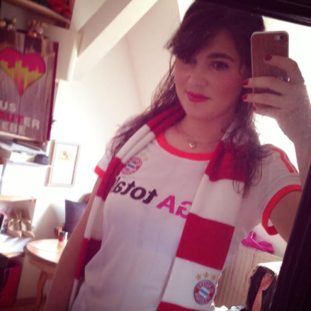 Fräulein Berger ist startklar - FC-Bayern-Dress