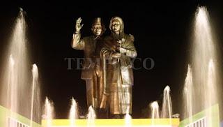 patung Cinta Habibie-Ainun di Alun-alun Lapangan Andi Makkasau