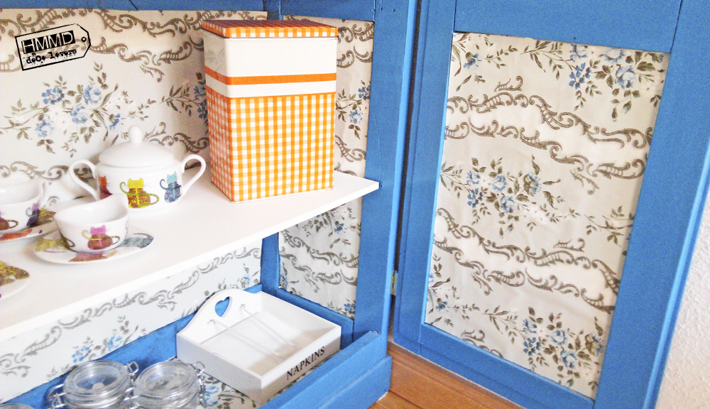 Armario vintage restaurado en azul y papel pintado by HMMD, HandMadeManiaDecor. Decoración con color para espacios pequeños. Vitrina con tela de gallinero.Vintage restored cabinet in blue with paper. Chicken wire cabinet.