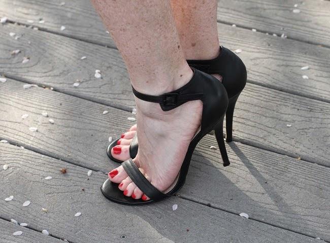 black-strappy-heels-steve-madden