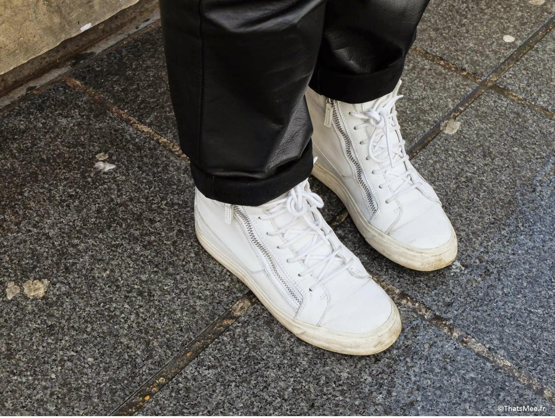 Sweat Vintage,  T-shirt Hanes,  Pantalon Acne,  Shoes Giuseppe Zanotti, Écharpe Dries Van Noten, Bonnet acheté chez Colette à Paris, Sac Martin Margiela