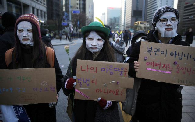 Manifestantes surcoreanas con mascarillas faciales