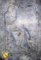 Vitrey - Croix monumentale du cimetière : Le Christ agenouillé portant la croix
