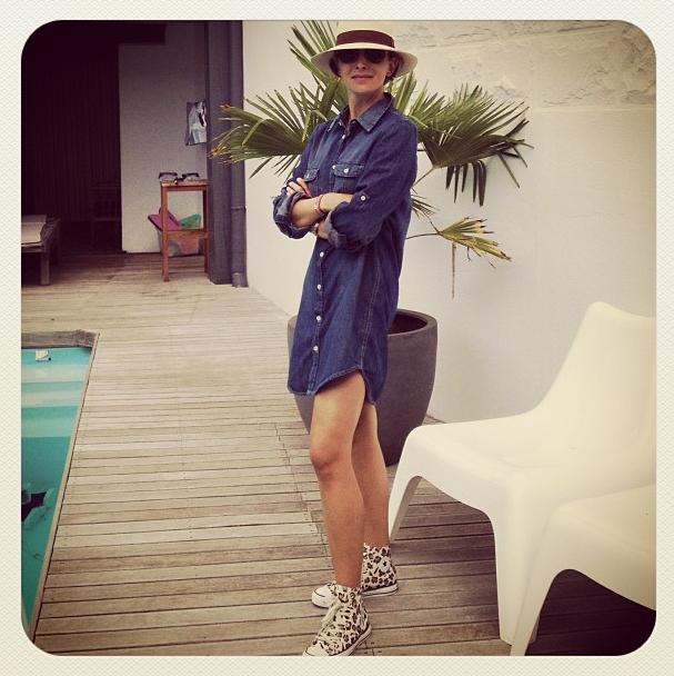 Converse leopard, robe en jean H&M, panama hat